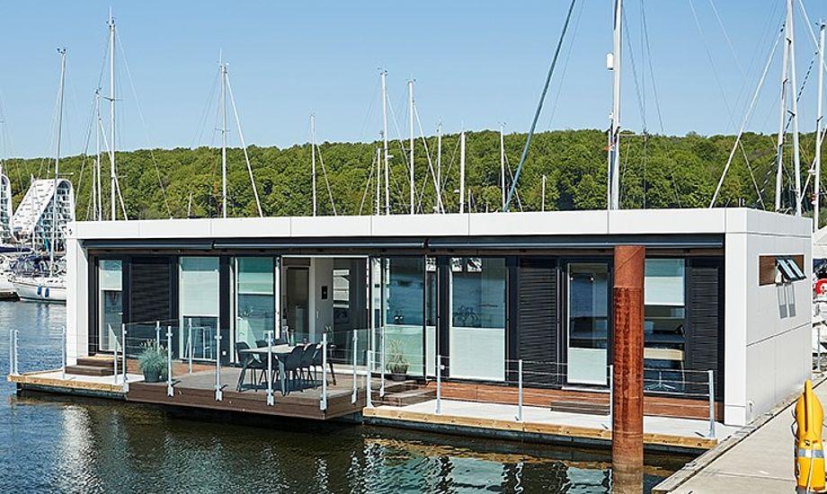 Husbåden er af modellen 114 Unique har køkken-alrum med stor glasfacade, to separate værelser og bryggers, og har et samlet boligareal på 103m2. Du kan se den i Vejle Lystbådehavn. PR-foto