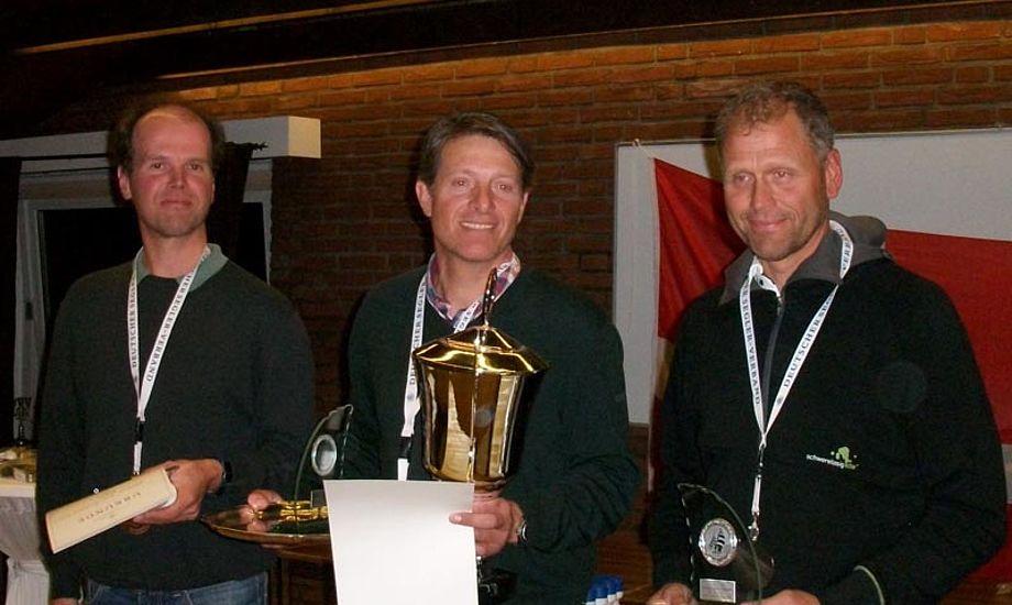 Nu kan Jørgen Svendsen (i midten) også kalde sig tysk mester i OK-jolle.