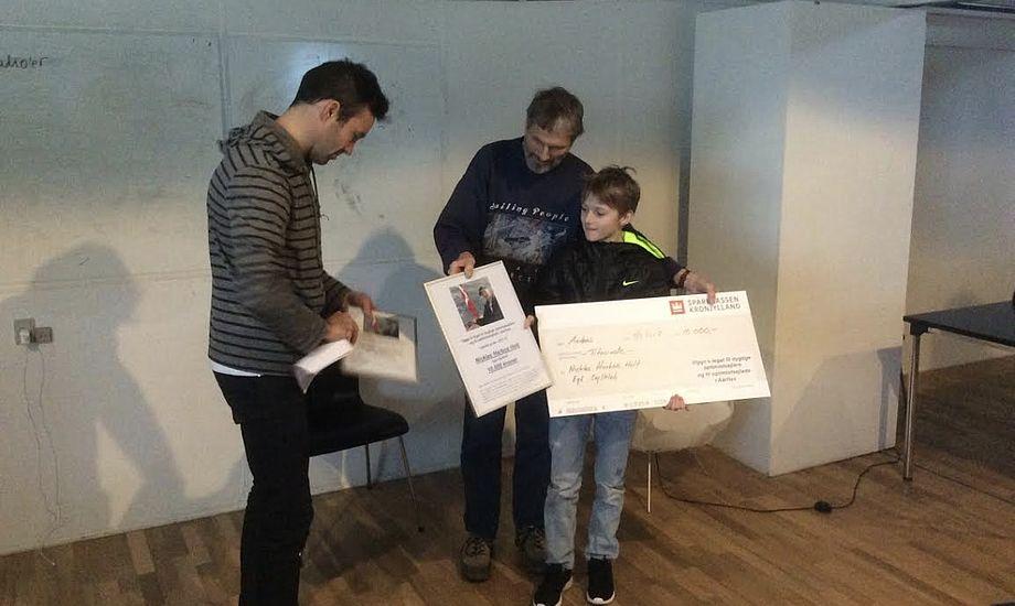 Viggo Jacobsens søn Ole overrækker diplom og check til Nicklas Holt, mens Jonas Warrer ser til. Foto: Michael Bach Aask