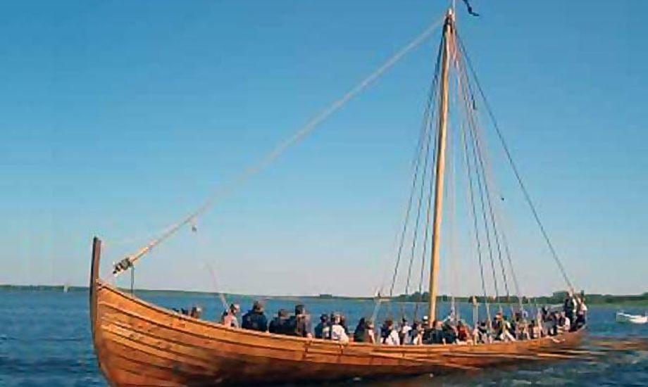 Vikingeskibet Aslak er blandt de både, du kan prøve at sejle i. Foto: Herslev Strand Sejlklub