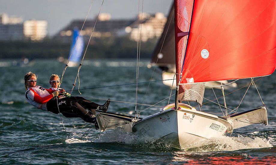 Jena Mai Hansen og Katja Salskov-Iversen sikrer OL-billetten allerede inden Medal Race. Foto: Dansk Sejlunion