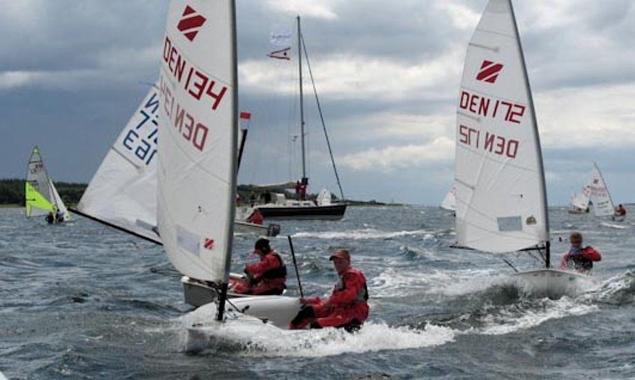 Zoom8 sejles lige efter Optimist-jollen: Foto: fjellebroen-sejlklub.dk