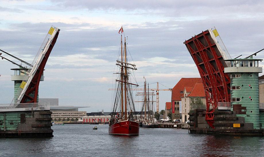 Lille Dan under Knippelsbro i København.