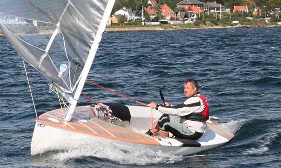 Michael Staal med et Høgh-Christensens sejl i 2008. Foto: finnjolle.dk