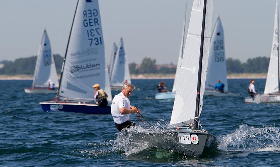 OK-sejlerne er vældige glade for Vallensbæk Sejlklub, hvor bl.a. Jørgen Lindhardtsen har meldt sig ind. Billede er fra VM i OK. Foto: Søren Svarre, sejlfoto.dk