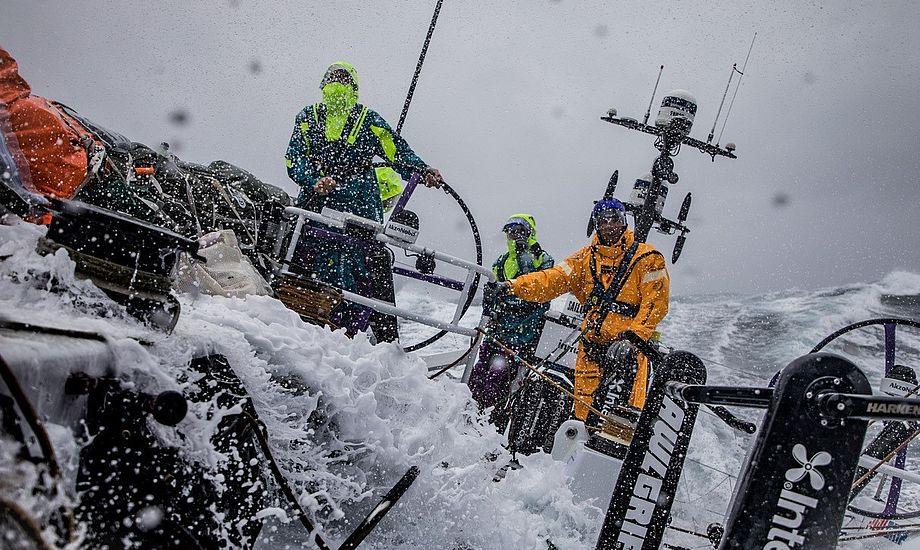 Rorsmand Nicolai Sehested fortæller om at surfe på en 10 meter høj bølge midt om natten i Sydhavet, og om den massive skuffelse, når det går galt og drømmene bliver knust med en grundstødning. Foto: AkzoNobel