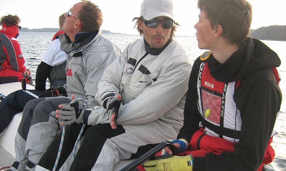 Christian Kamp, nummer to fra højre, giver her gode råd til ung Horsens-sejler. Foto: Lena Hellström