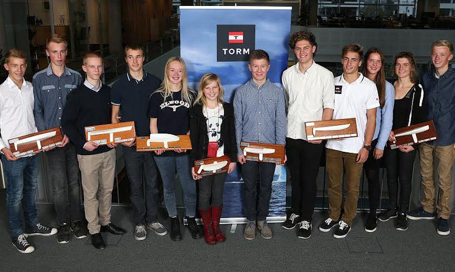 Fra venstre: Jonas Lundegaard og Magnus Måhr, Sejlklubben Egensedybet (Feva XL); Jens Philip Dehn-Toftehøj og Christian Torp, Yachtklubben Furesøen (29'er); Julie Havn, Gråsten Sejlklub (Zoom8-piger), Katerina Bjerre Knudsen, Skive Sejlklub (Optimist-piger); Julius Damsgaard, Skive Sejlklub (Zoom8-drenge); Oliver Bloch og Nicklas Heide, Svendborg Sunds Sejlklub (Hobie 16 SPI); Klara Visby, Horsens Sejlklub (vinder af lodtrækningen om et ophold på et af TORM skibe); Anna Munch, Kaløvig Bådelaug (Europajolle-piger); Mads Vestergaard Dommerby, Yachtklubben Furesøen (vinder af lodtrækningen om et ophold på et af TORM skibe). Foto: Per Heegaard