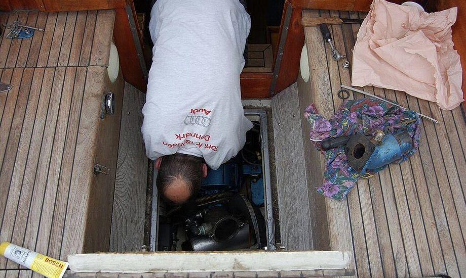 Det er forholdsvis nemt at komme til motoren i vores båd. Godt, når alarmen pludselig klager. Foto: Malene Wilken