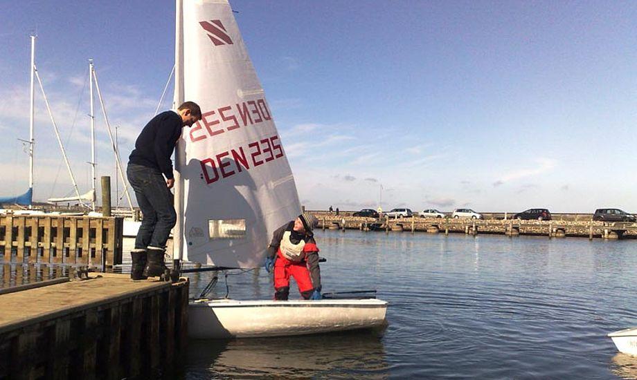 Isen var væk og solen skinnede, da 55 unge sejlere indtog vandet ved Rungsted.