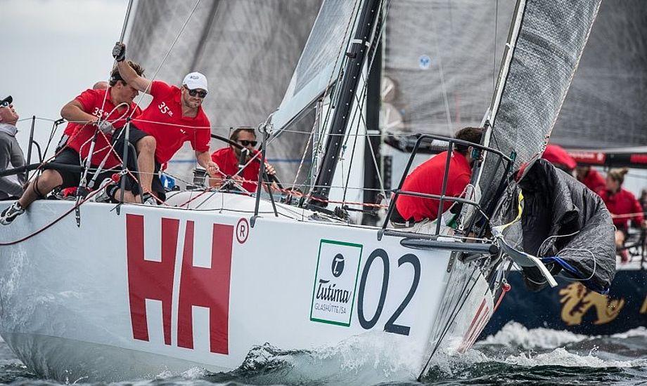 Dansk føring i Kiel i Gruppe B. Der var mellem 3 og 5 m/sek. i går. Her ses Visione fra Kerteminde i front. De kom først i mål og vandt også efter ORC.