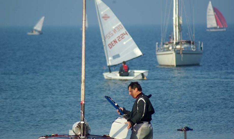 OK-sejleren Jakob på vej ud til banen. Foto: Troels Lykke