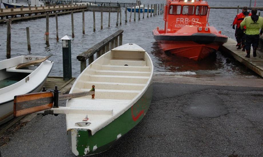 De to lærere og 13 elever sejlede i denne båd, da de kæntrede fredag eftermiddag. Foto: Alarm112danmark.dk