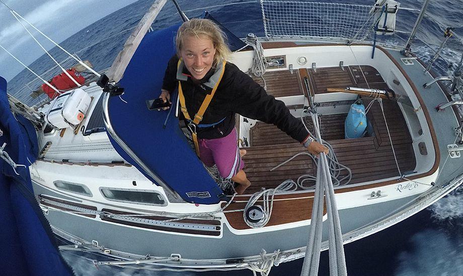 Sussie Goodall ombord på sin Rustler 36. I alt syv deltagere har valgt at sejle Jorden rundt i bådtypen. Foto: Sussie Goodall / Golden Globe