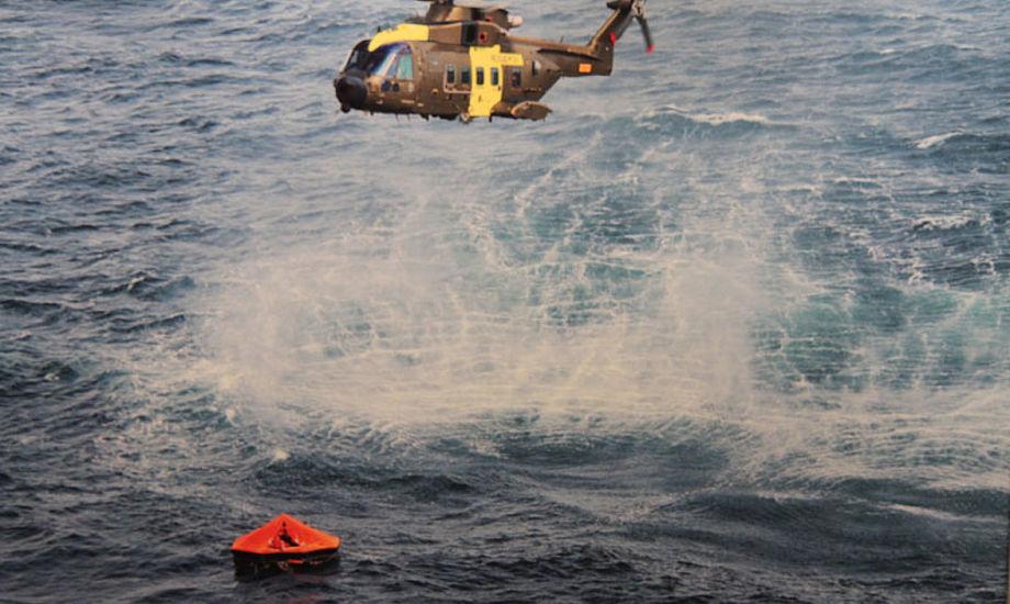 Det burde være et lovkrav at sejlere har redningsvest på, i dag skal der blot være en redningsvest om bord til hver person, siger Radiooperatør Jesper Vinter. Foto: Flyvevåbnet