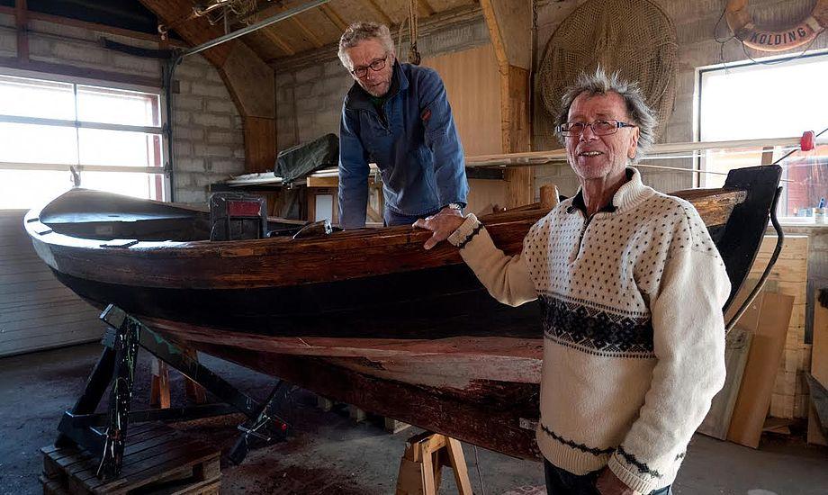 Marstal Søfartsmuseum har fået foræret en smakke. Her klargør Ebbe Andersen båden, mens  museumsleder, Erik B. Kromann, ses til højre. Foto: Søren Stidsholt Nielsen