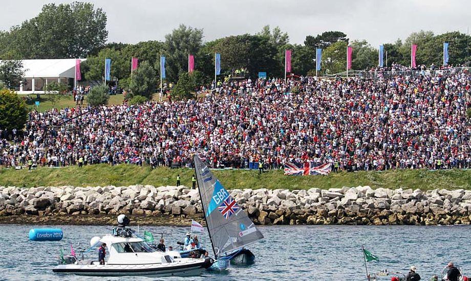 Ben Ainslie blev fejret udfor Nothe tribunen, hvor medal race og indledende sejladser foregik ved OL i Weymouth. Foto: Troels Lykke