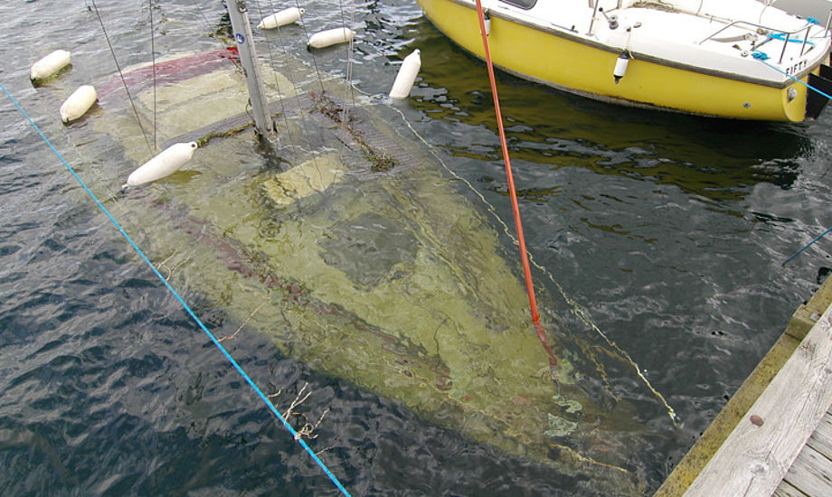 Scampi 30 under vand. Nu er isen væk, men båden ligger stadig for dybt. Foto: Bjørn Corlin