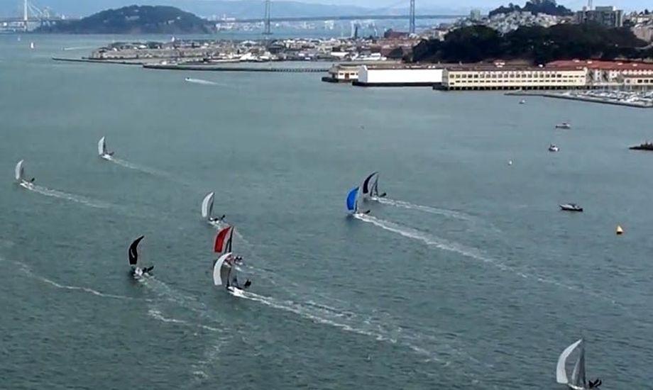 18-footere på San Francisco-bugten, med Golden Gate i baggrund. Der var både vind og strøm. Foto fra videoen