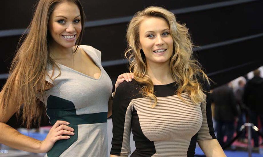 Emma tv. og hendes veninde gav god opmærksomhed i superyacht-hallen, da Lauge Jensen-motorcykler blev solgt for mellem 250.000 og 400.000 kroner. Foto: Troels Lykke