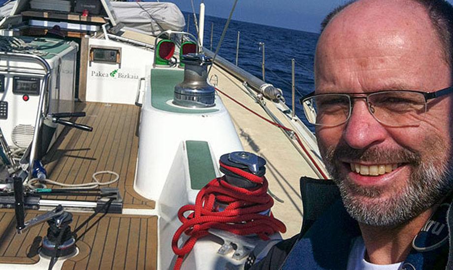 Jens Als om bord på Oceans of Hope. Besætningen var gået under dæk, så Jens sejler den 67 fod lange båd singlehand. Foto: Oceans of Hope
