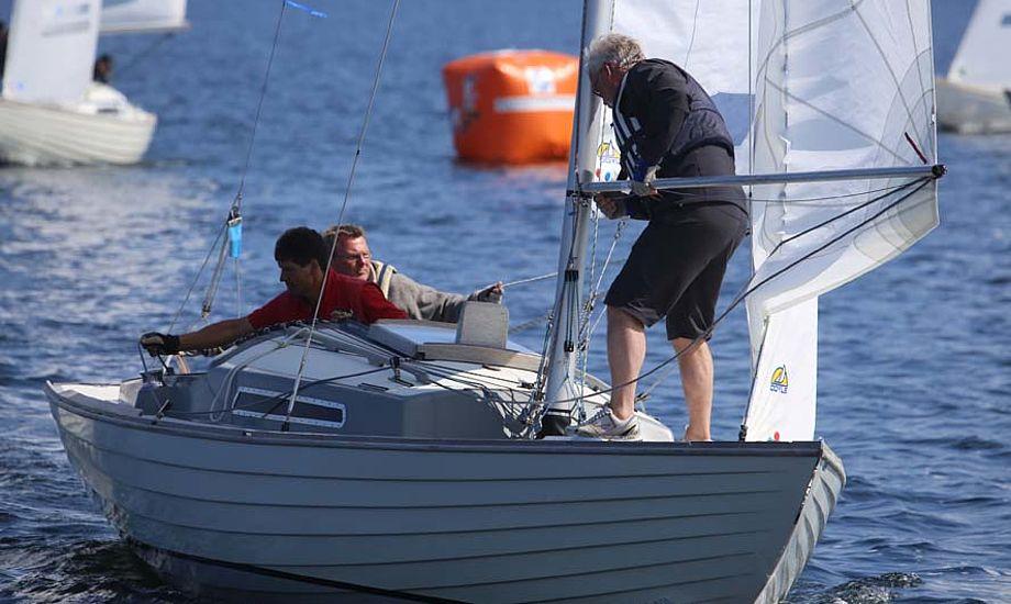 Johnny Jørgensen og mandskab ses her under DM i Kragenæs i båden Bango. Foto: Troels Lykke