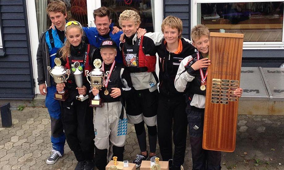 Glade vindere: Elisabeth Uldal, Emil Kjær, Philip Lyngbæk, Sebastian Pieters og Victor Wantzin fra Skovshoved Sejlklub, sammen med trænerne Kasper Paulsen og Frederik Rask.