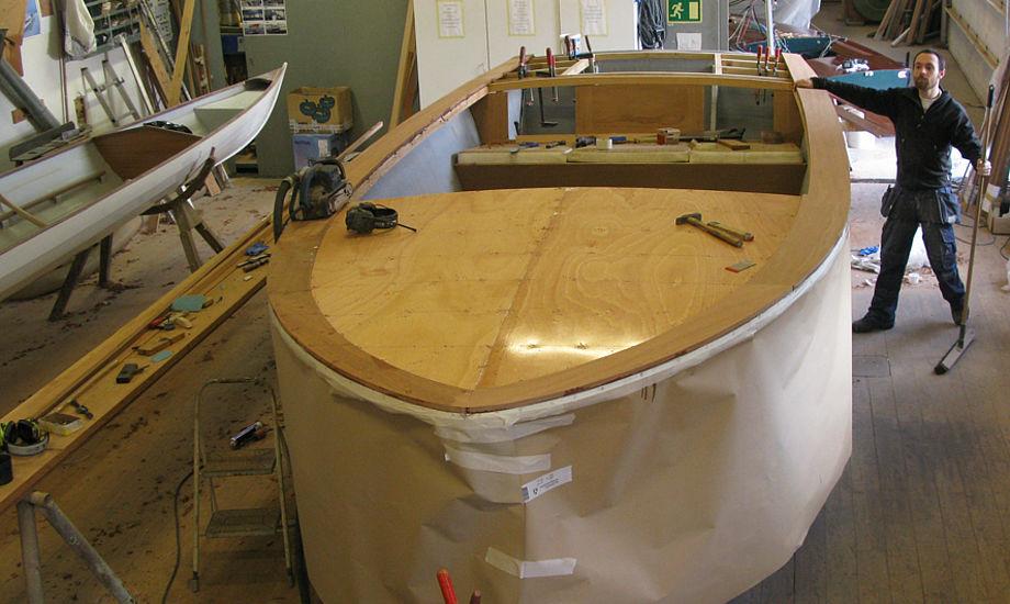 Kunden har gemt hver en stump træ, han har skruet ud af båden for at sikre, den bliver så original som muligt. Foto: Vejle Bådværft