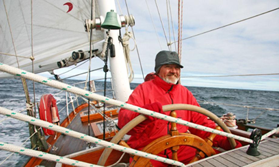 """Bent Lyman ses her på 10 m R-båden """"GHOSTER"""", der er til salg. Foto: Ulla-Britt"""