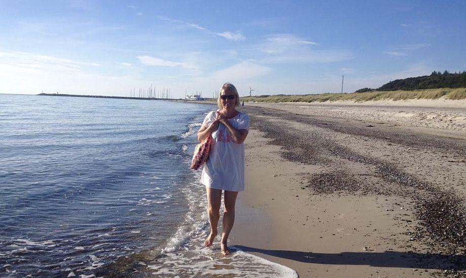 Anholt kan prale af meget børnevenlige strande. Også voksne kan dog nyde en strandtur, hvilket Lars Ibsens hustru her er bevis for. Foto: Lars Ibsen