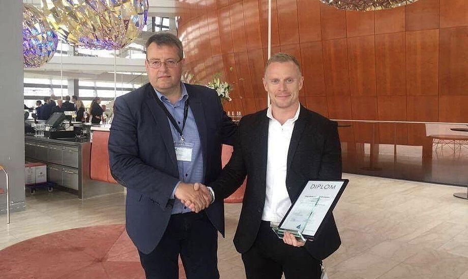 Rasmus Christensen modtager her diplomet for sin vellykkede erhvervspraktik. Foto: KEA
