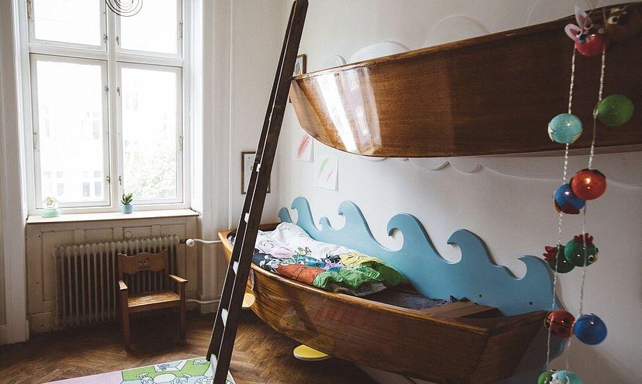 Martin Weis, der er uddannet bådebygger, har lavet køjesengen til sine to døtre. Foto: Martin Weis