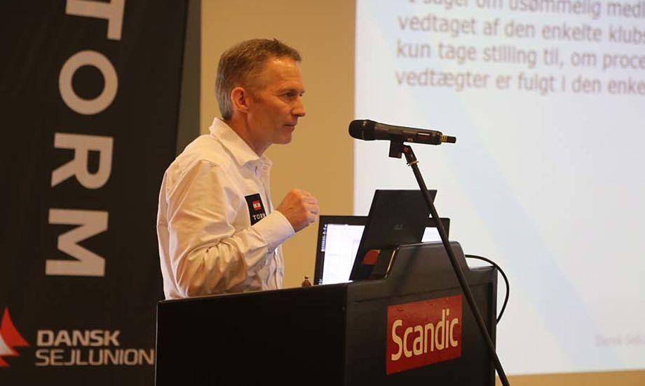 Hans Natorp forklarede fra talerstolen, at man i bestyrelsen heftigt havde diskuteret problemet med leveringen af Sejler til medlemmerne. Foto: Troels Lykke