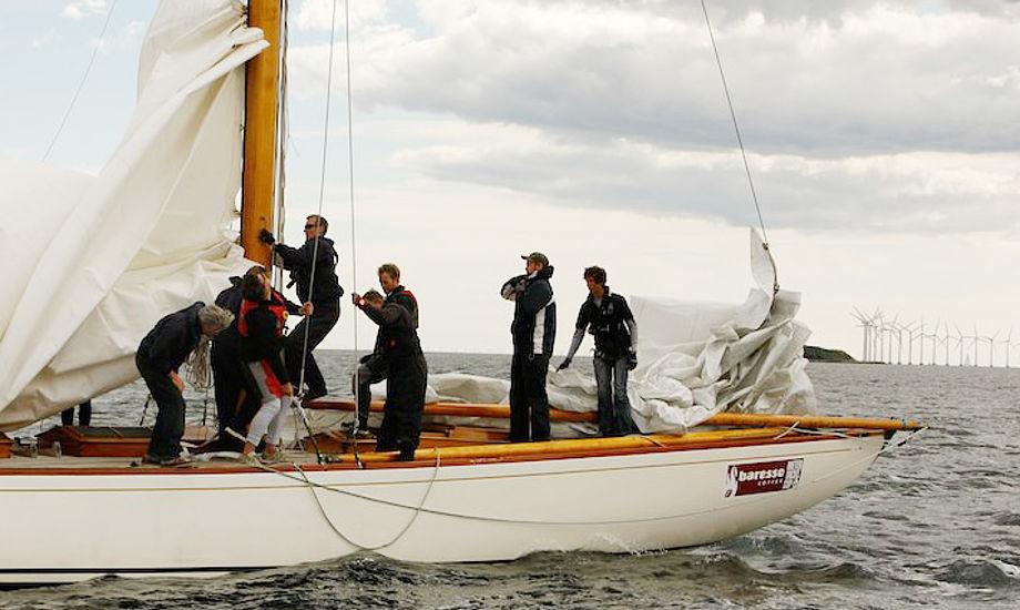 Sejlere tjekker båd efter kollision på Øresund. Foto: Lars Stenfeldt
