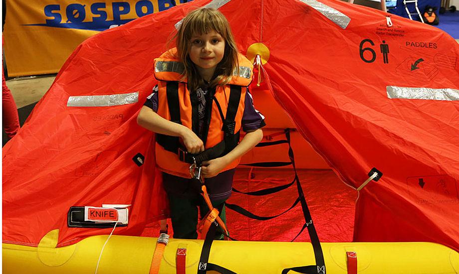 Dagmar Lykke viser her hvordan en redningsvest helst skal se ud til børn. Foto: Troels Lykke