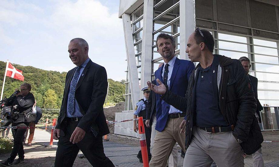 Fra venstre i det nye sejlsportscenter ses Thomas Capitani, kronprins Frederik og Hans Schou. PR-foto