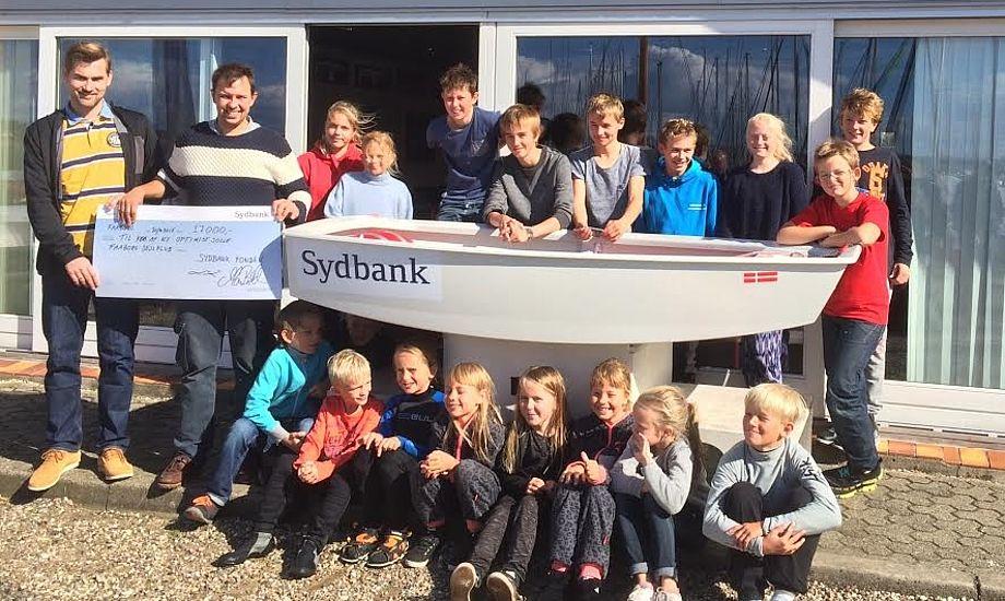 En flok glade sejlere kunne modtage 17.000 kr. til ny Opti. Foto: Faaborg Sejlklub