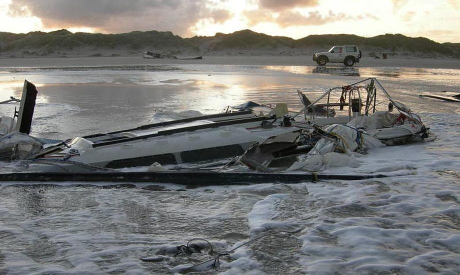Der er ikke meget tilbage af den strandede båd ved Blåvands Huk. Foto: Strandfoged Jørgen Hestbech