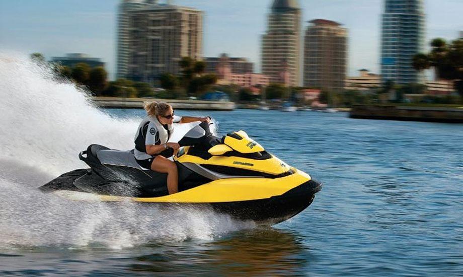 Vandscootere forstås som et fartøj med en længde på under 4 m, som man sidder eller står på. Foto: jet-trade.com