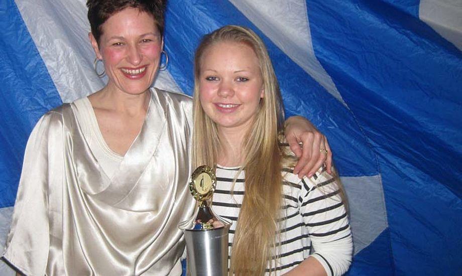 På billedet ses Suzan - Morten Ramsbæks enke til venstre og Fabiola til højre.
