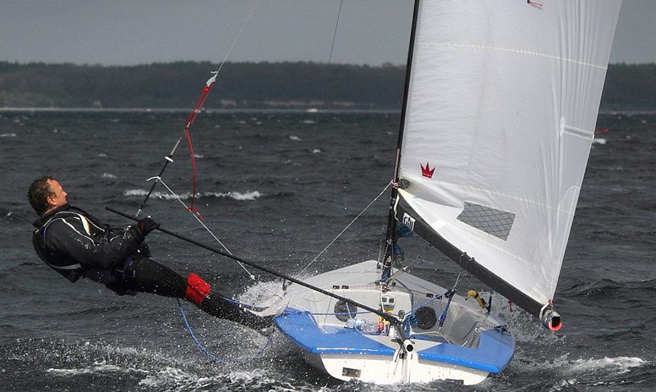 Man kan måske ikke deltage i VM lige med samme man sejler en Contender. Foto fra VM i Weymouth 2011. Foto: Søren Svarre