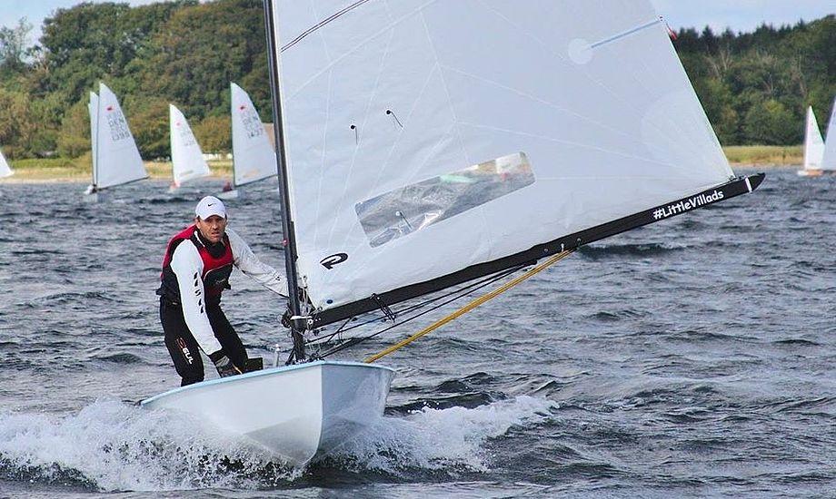 Jens Lauge er ved at bide sig fat i toppen i OK-klassen med dansk jolle og sejl. Foto: Anders Lund