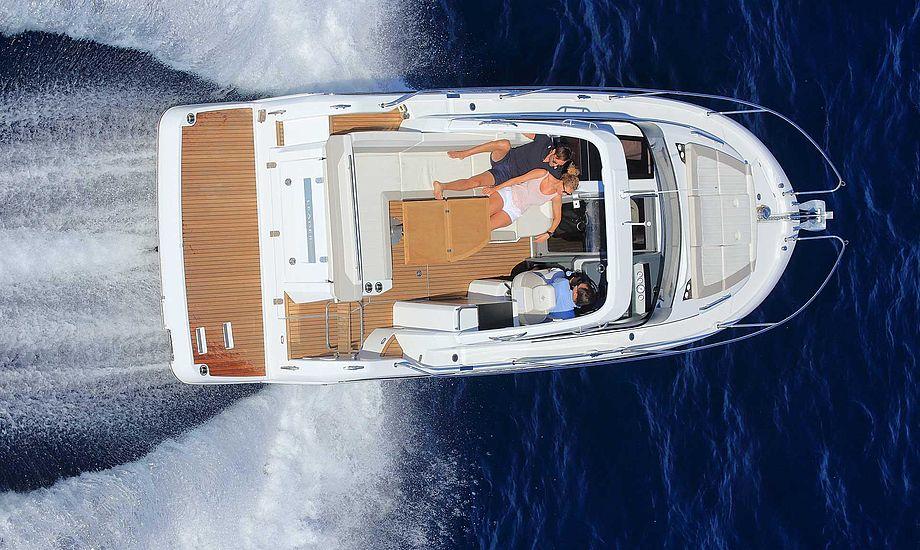Køber man en Leader 30 får man sporty sejlegenskaber. Vi prøvede den med 1 x 400 hk Volvo Penta dieselmotor. Topfarten var 29,6 knob da vi sejlede med bølgerne.