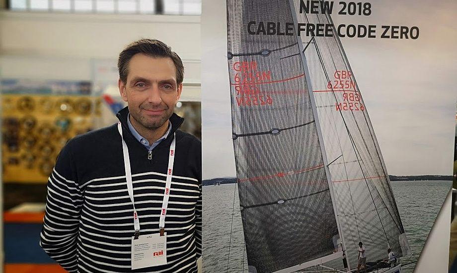 Niels Bjerregaard, direktør hos Elvstrøm Sails i Aabenraa, ses her på standen i Mets i Holland, hvor han forklarede om det kabelløse code zero-sejl. Foto: Troels Lykke