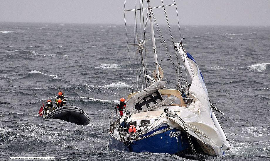 Krigsskibet 'Absalon' hjælper hollandsk lystsejler med knækket mast. Foto: SSG Anders Gaden / Henrik Wallstrøm