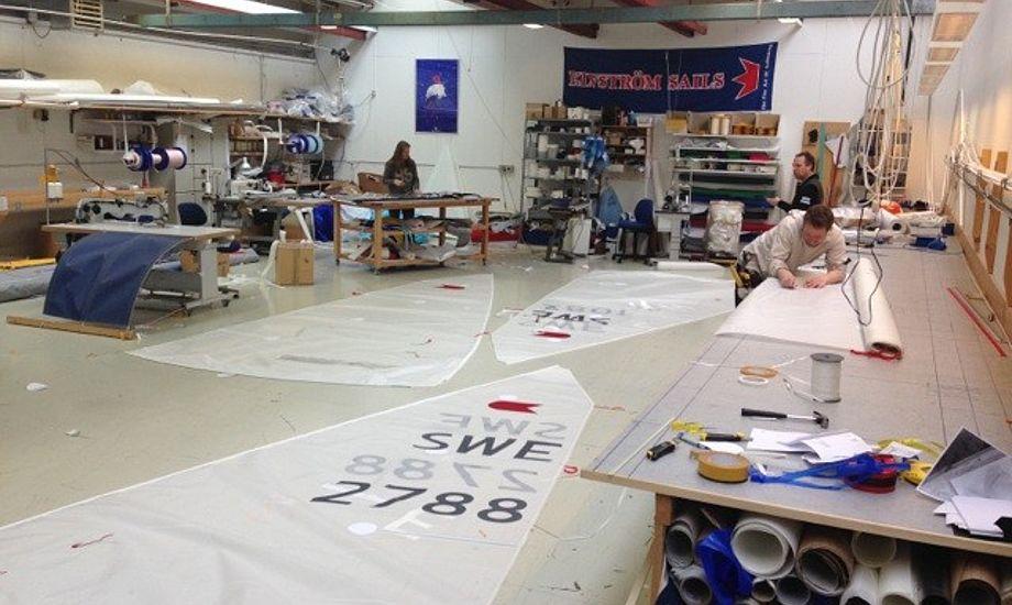 OK-sejlene samles og gøres færdige hos Elvstrøm Sails i Nivå hos Thomas Taatø. Foto: Myralf