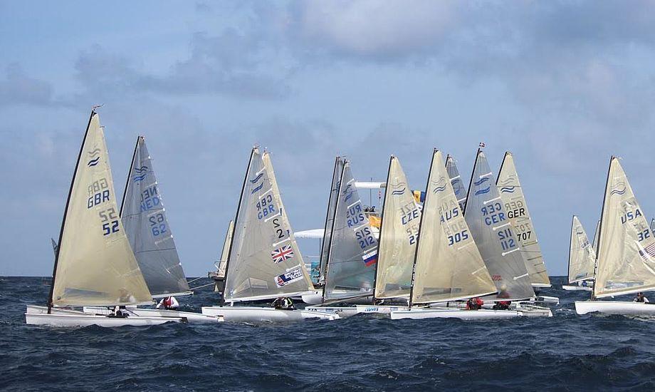 137 Finnjollesejlere er på startlinjen på Barbados. Om to år forventes op mod 300 både dog til start, når mesterskabet afholdes i Danmark. Foto: Claire ADB