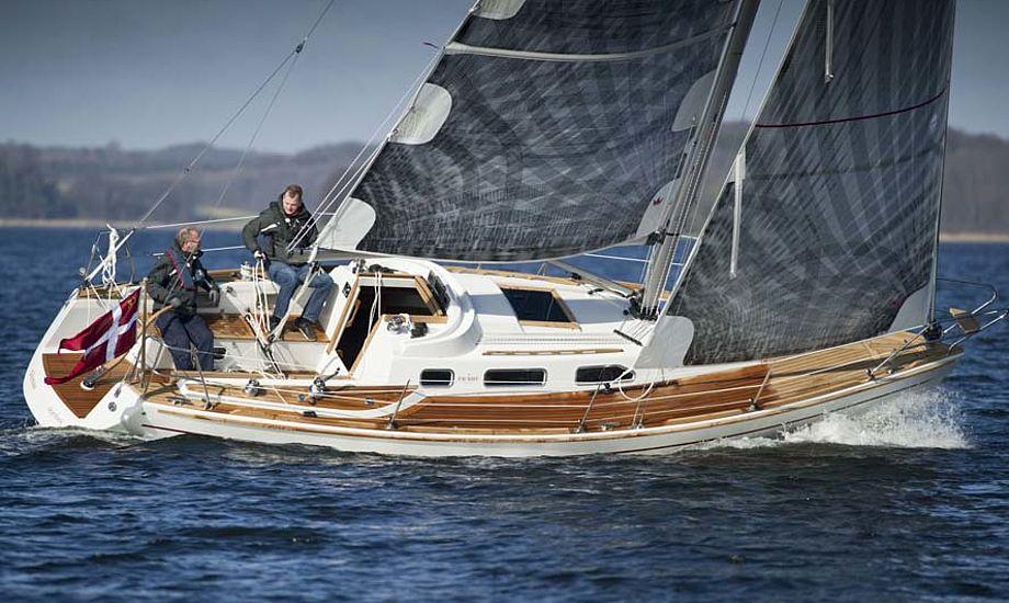 Faurby 325 fra Skærbæk. Båden koster 1,4 mio. kroner og er apteret i teak. Båden ses her med Elvstrøm Sails Epex.