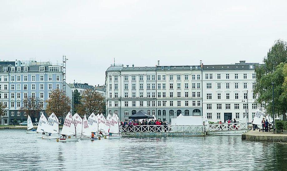 Hold DM for optimister på Peblingesøen i hjertet af København. Endnu en måde at promovere sejlsport på. Foto: Mogens Hansen.