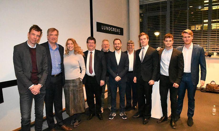 Fra venstre ses Torben Falholt (Asseco), Per Falholt (Global R&D Advisory Services), Mette Laursen (Links), Mogens Bjerre (lektor CBS), Lars Ive (Formand KDY), Mark Dencker (Wiredelta), Sandeep Sander (SanderMap), Christopher Falholt, Mads Emil Lübeck og Stig Steinfurth. Foto: Hasse Ferrold